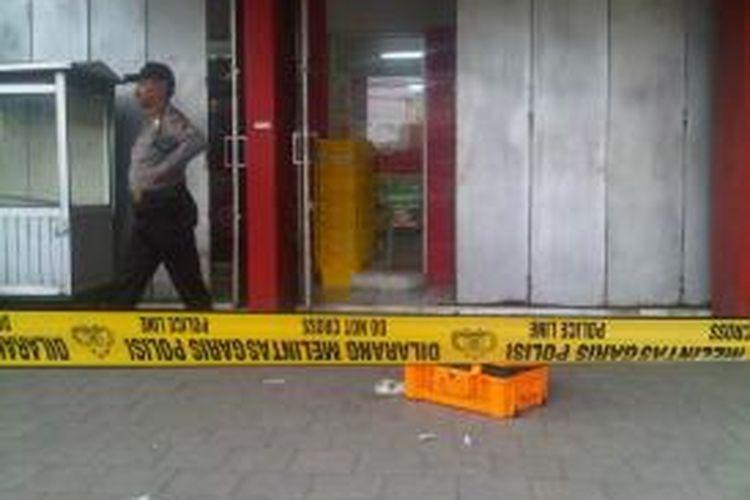 Polisi memasang garis polisi di depan minimarket yang menjadi sasaran pencuri di Jalan KS Tubun, Tegal Selatan, Kota Tegal, Jawa Tengah, Sabtu (07/12/2013).