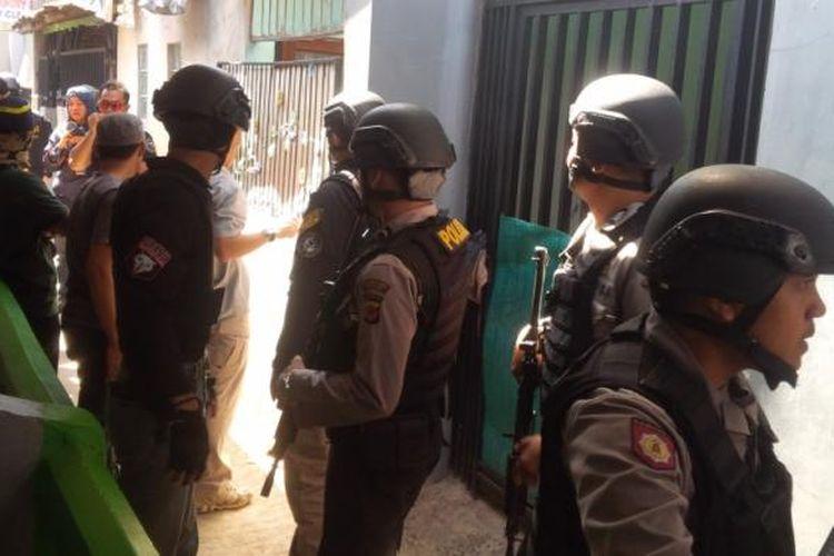 Polisi menggeledah rumah milik salah satu terduga teroris di Gang Bahpian, Kelurahan Sukahaji, Kecamatan Babakan Ciparay, Kota Bandung, Senin (13/3/2017).