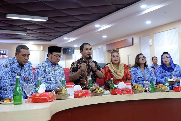 Wali Kota Semarang Hendrar Prihadi melakukan video conference dengan Gubernur Jateng Ganjar Pranowo serta Bupati dan Wali Kota se-Jateng, membahas penanganan Covid-19, Sit Room Balaikota.