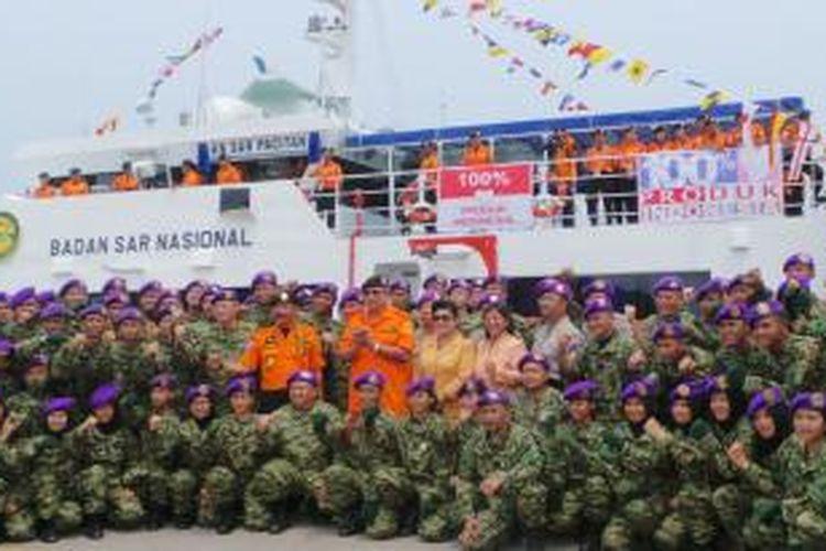 Presiden Susilo Bambang Yudhoyono berpose di depan KN Pacitan, di pelabuhan Merak, Selasa (4/3/2014).