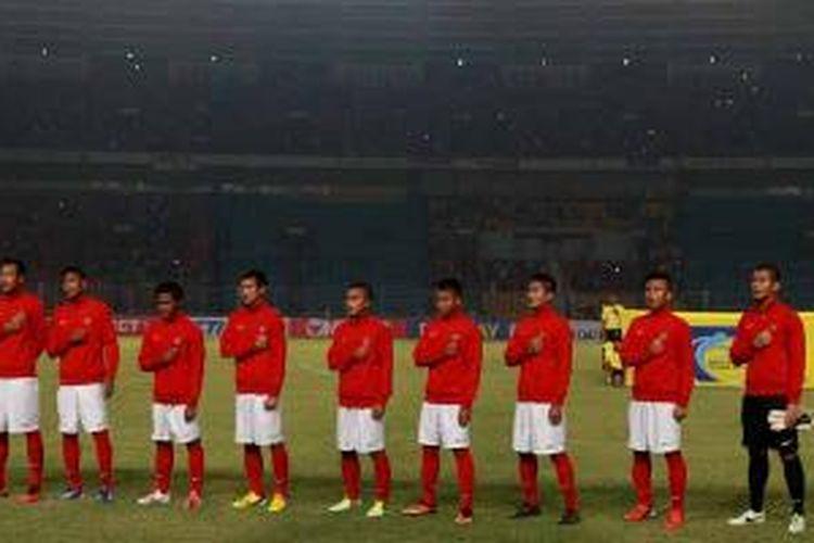Pemain Indonesia sebelum pertandingan melawan Laos pada kualifikasi Piala Asia U-19 di Stadion Utama Gelora Bung Karno, Jakarta, Selasa (8/10/2013). Tampak di belakang penonton terbilang sepi.