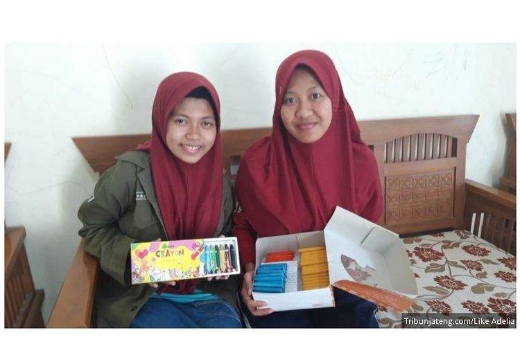 Mahasiswa Undip Semarang, Inas (kiri) dan Putri (kanan) menunjukkan krayon warna hasil olahan limbah minyak jelantah, saat ditemui di rumahnya di Jalan Bukit Flamboyan 1 F, Sendangmulyo, Tembalang. Krayon tersebut diberi merek Oicora yang dipasarkan melalui Instagram @oicoracrayon.
