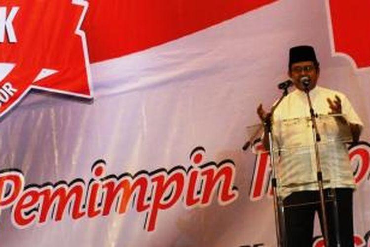 Politisi senior Partai Golkar yang juga Tim Pemenangan Capres dan Cawapres Jokowi-JK, Fahmi Idris, saat melakukan deklarasi dukungan Jokowi-JK dihadapan ribuan ulama, kiai, ustaz, serta sejumlah pimpinan pondok pesantren di Bogor, Selasa (3/6/2014). K97-14
