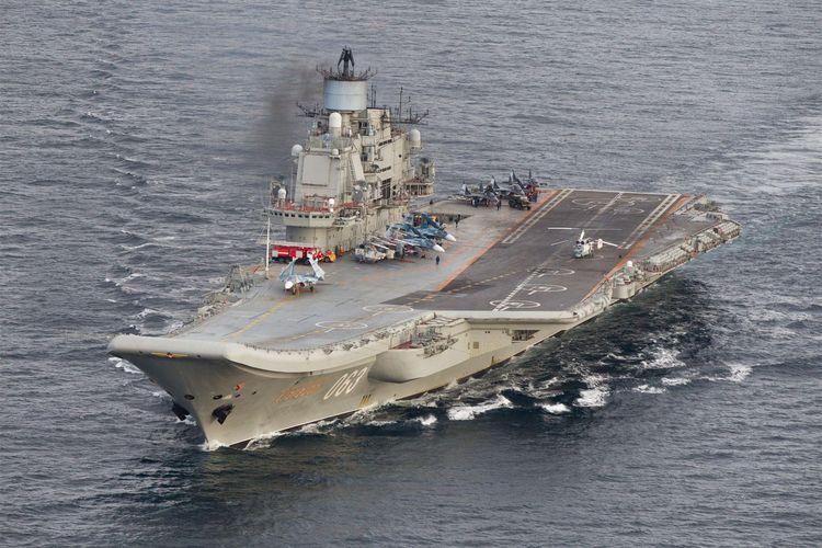Foto yang diambil oleh kamera dari pesawat Norwegia memperlihatkan kapal induk Admiral Kuznetsov saat berlayar di perairan Norwegia Utara pada 17 Oktober 2016. Kapal induk satu-satunya yang dipunyai Rusia dilaporkan terbakar saat menjalani perawatan.