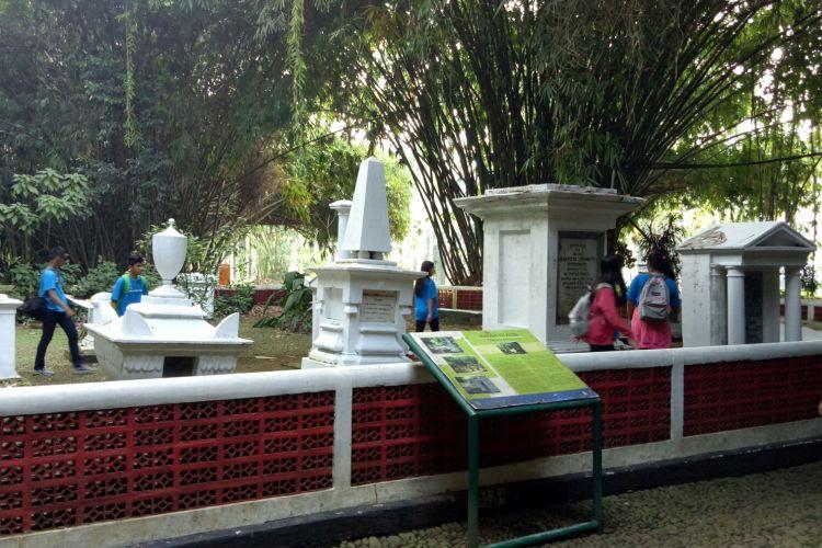 Makam peninggalan Belanda di Kebun Raya Bogor ramai dikunjungi, tak hanya oleh keluarga almarhum, tetapi juga wisatwan anak-anak yang sedang mempelajari sejarah Hindia Belanda, Selasa (23/5/2017).