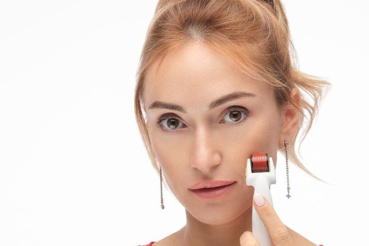 Ilustrasi merawat wajah dengan microneedling roller.