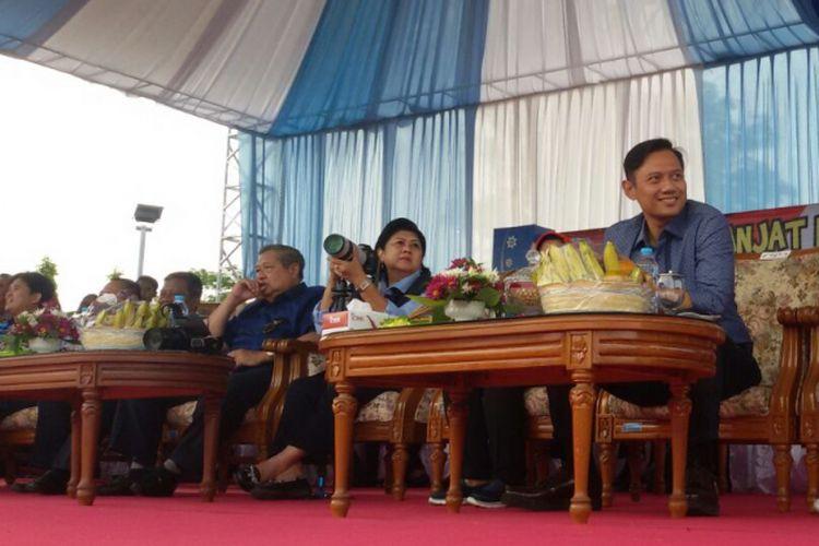 Mantan Presiden RI Susilo Bambang Yudhoyono (SBY) dan keluarga menyaksikan lomba panjat pinang di Alun-alun Pacitan, Jawa Timur, Jumat ( 18/8/2017).