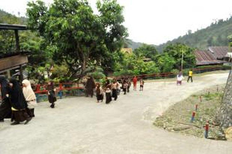 Kampung Inggris di Kolaka Utara, Sulawesi Tenggara, saat para murid SD usai menjalani rutinas belajar.