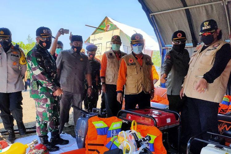 Wali Kota Dedy Yon beserta unsur TNI Polri dan BPBD mengecek kesiapan alat  usai apel siaga bencana di OW PAI Kota Tegal, Selasa (10/11/2020)