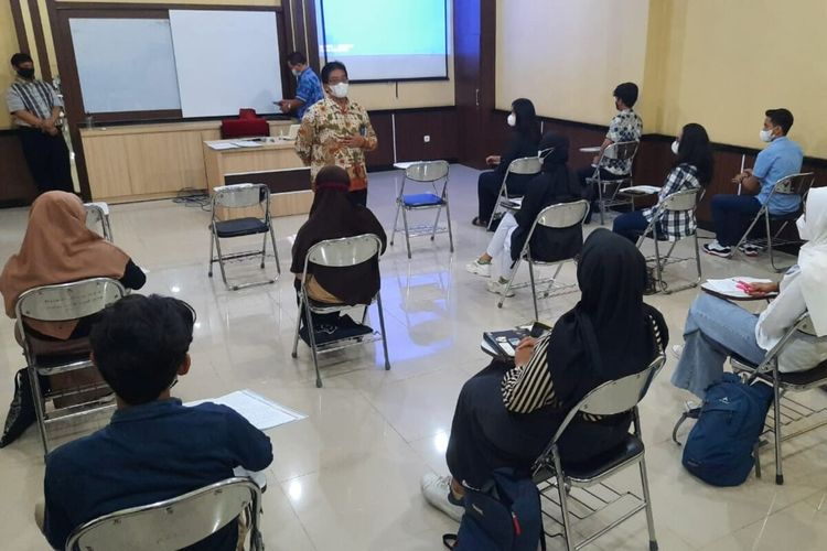 Rektor UNS Solo Jamal Wiwoho meninjau pelaksanaa uni coba kuliah tatap muka di kampus setempat, Rabu (7/4/2021).