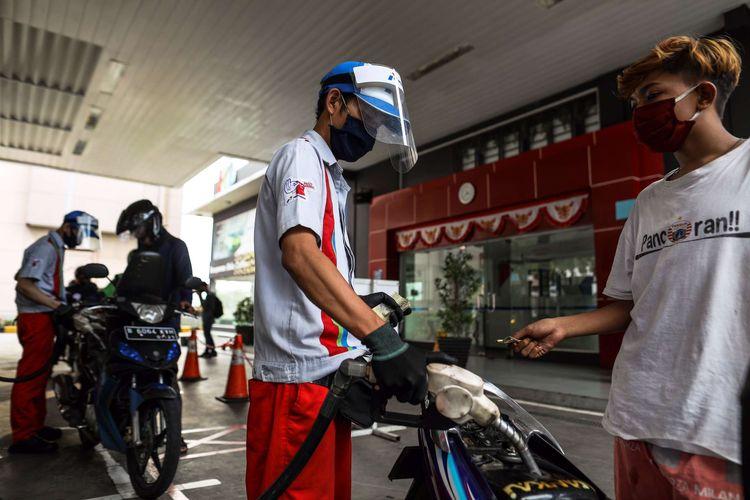 Petugas SPBU menggunakan alat pelindung wajah saat melayani pengendara di SPBU Pertamina 31.128.02 di Jl. Letjen M.T. Haryono, Jakarta Timur, Senin (1/6/2020). Penggunaan alat pelindung wajah (Face Shield) tersebut sebagai salah satu upaya untuk melindungi diri saat berhubungan langsung dengan pengendara dalam pencegahan penyebaran COVID-19.