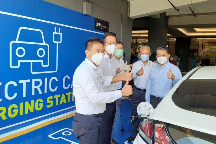 PT Hyundai Motors Indonesia (HMID) dan PT Lippo Malls Indonesia (LMI) melakukan penandatanganan kesepakatan kerja sama untuk menyediakan fasilitas pengisian baterai mobil listrik dipusat perbelanjaan, Senin (12/4/2021).