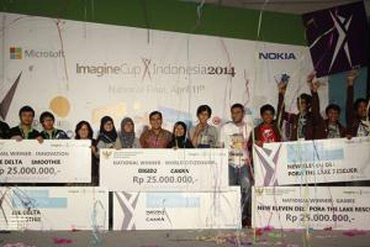Anggota tiga tim pemenang Microsoft Imagine Cup 2014 tingkat nasional Indonesia dalam acara pengumuman di Jakarta, Jumat (11/4/2014)