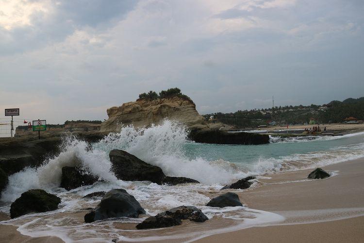 Ombak tinggi tampak menerjang batu di pantai Klayar, Pacitan, Jawa Timur, Selasa (28/1/2020).