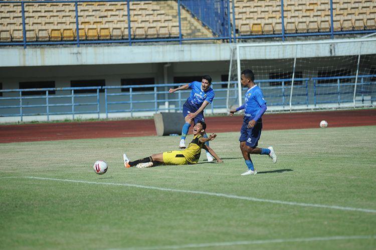 Pemain Persib Bandung, Esteban Vizcarra, melepaskan sepakan mendatar ke gawang Karawang United dalam uji tanding di Stadion GBLA, Sabtu (5/6/2021).