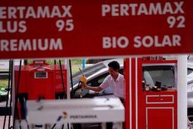 Aktivitas pengisian bahan bakar minyak (BBM) bersubsidi jenis premium di salah satu SPBU milik Pertamina.