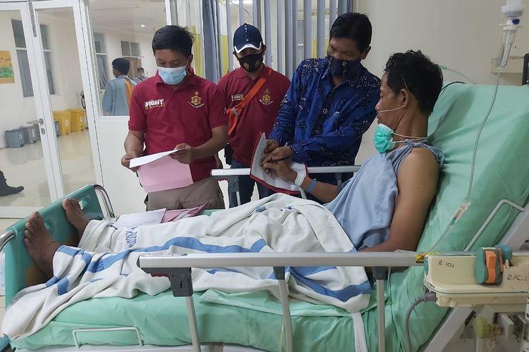 Sumani, tersangka kasus dugaan pembunuhan satu keluarga seniman di Rembang. Sumani saat ini masih menjalani perawatan di RSUD Soetrasno, Rembang.