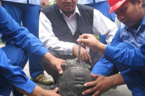 Kepala Arca Temuan Warga Dipasang di Candi Borobudur