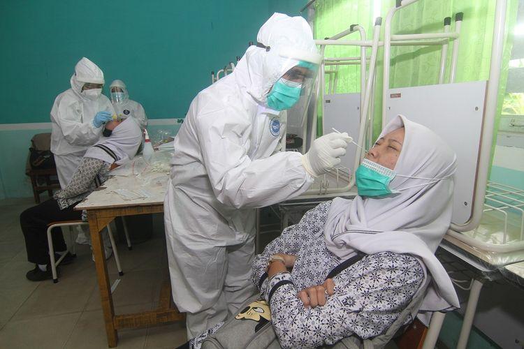 Dua petugas medis melakukan SWAB PCR terhadap dua siswa di SMA Muhammadiyah, Pontianak, Kalimantan Barat, Rabu (24/2/2021). Satgas Penanganan COVID-19 Kalbar melakukan SWAB PCR terhadap guru dan siswa di sejumlah sekolah di Pontianak pasca pelaksanaan belajar tatap muka yang dimulai pada Senin (22/2/2021). ANTARA FOTO/Jessica Helena Wuysang/foc.