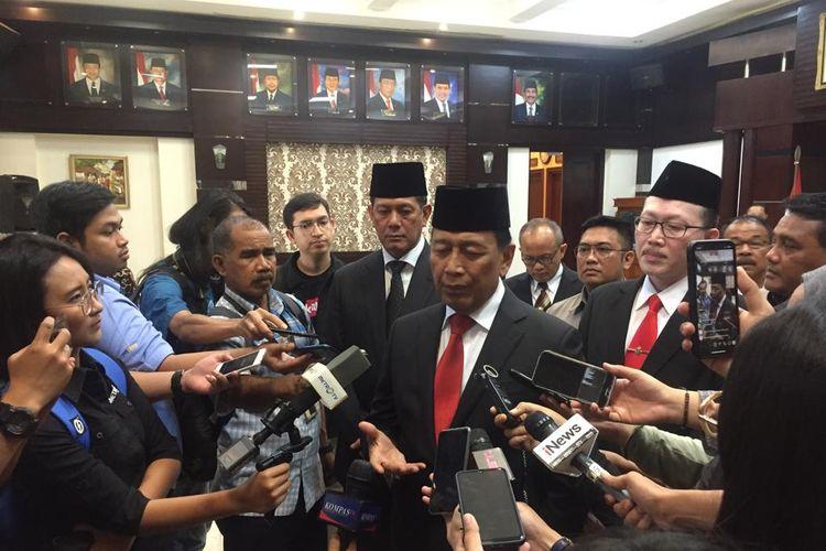 Menko Polhukam Wiranto memberi keterangan kepada wartawan di Kantor Kemenko Polhukam, Rabu (3/7/2019).