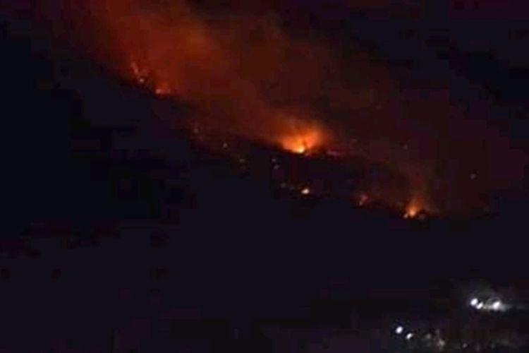 Foto : Lahan gunung Ile Mandiri Kabupaten Flores Timur dilahap api, Senin (16/9/2019).