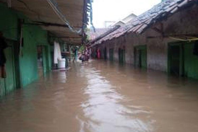 Banjir di Kabupaten Bandung, Jawa Barat, semakin meluas dan jumlah pengungsi pun terus bertambah. Gambar diambil di wilayah Dayeuhkolot, Kabupaten Bandung, Selasa (23/12/2014).