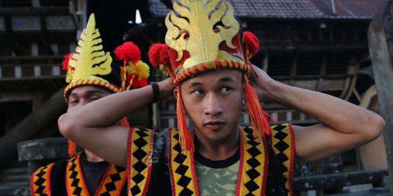 Tradisi lompat batu di Pulau Nias, Sumatera Utara, yang dalam bahasa daerah disebut Hombo Batu atau Fahombo.