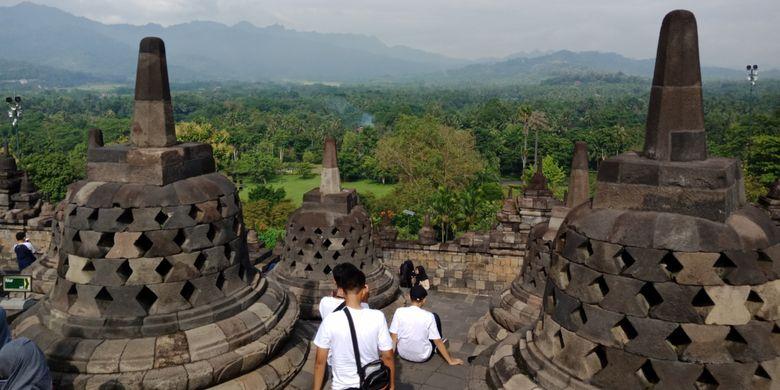 Candi Borobudur, Magelang, Jawa Tengah difoto tingkatan stupa ke dua, saat dipenuhi wisatawan di musim liburan sekolah, Sabtu (10/3/2018).