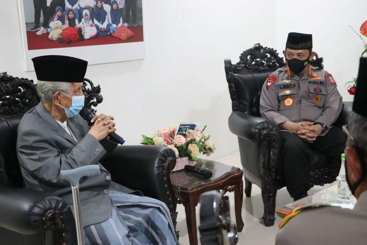 Kapolri Jenderal Listyo Sigit Prabowo bersilaturahim ke kediaman Ketua Umum MUI Sulawesi Selatan Anre Gurutta, Jumat (12/2/2021).