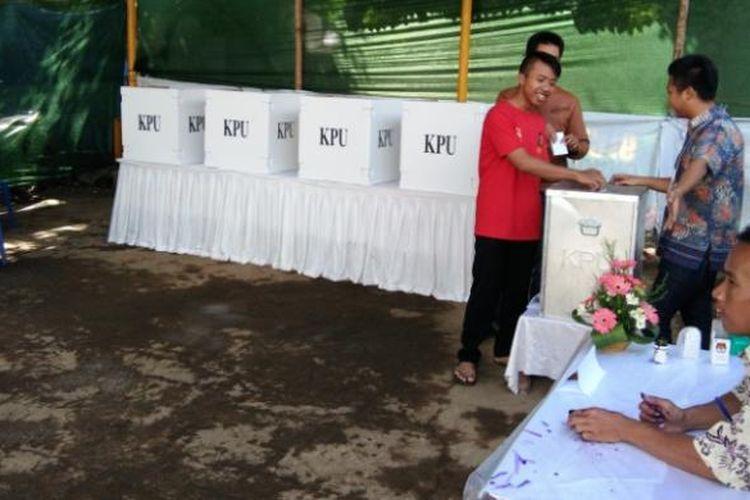 Masyarakat saat menggunakan hak pilihnya dalam pilkada Cimahi di TPS 36 Stasiun Kota Cimahi, Kecamatan Cimahi Tengah, Kota Cimahi, Rabu (15/2/2017). KOMPAS.com/DENDI RAMDHANI