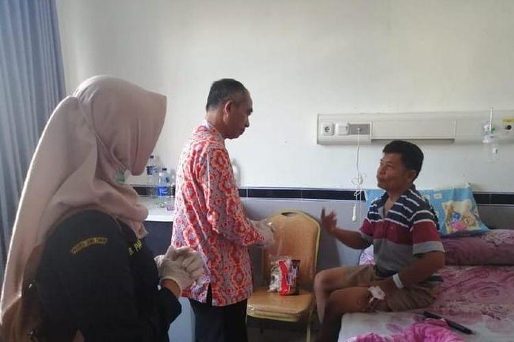 Kepala Dinas Kesehatan Kabupaten Pacitan, dr Eko Budiono menjenguk pasien penderita hepatitis A di Rumah Sakit dr Darsono Pacitan.