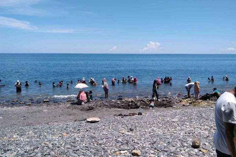 Warga Desa Tamilow, Kecamatan Amahai, Kabupaten Maluku Tengah mendulang emas di pantai desa tersebut, Senin (22/3/2021)