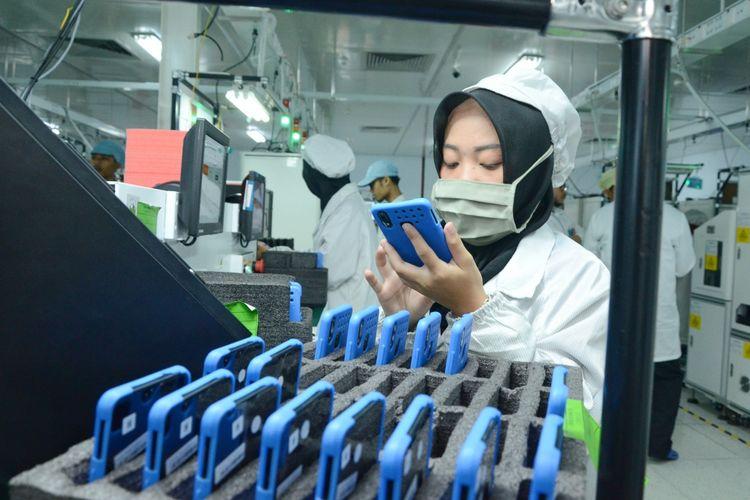 Seorang karyawan di pabrik smartphone Vivo di Cikupa, Tangerang, Banten mengecek unit ponsel di lini produksi.