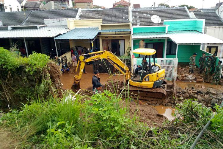 Tampak alat berat dioptimalkan untuk membersihkan puing tanggul yang jebol yang terhempas derasnya air pada Sabtu (9/2/2019). Air yang meluap menjadi banjir bandang yang membanjiri Komplek Jatiendah, Kecamatan Cilengkrang, Kabupaten Bandung, dan menewaskan tiga orang warganya.