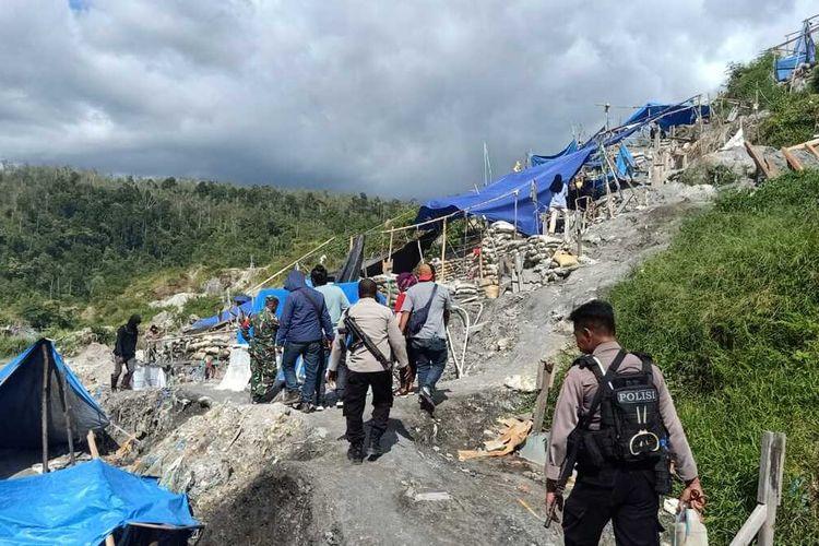 Aparat Polsek Waeapo, Polres Pulau Buru, Maluku memusnahkan puluhan bak rendaman saat menyisir kawasan tambang emas Gunung Botak, Selasa (3/8/2021)