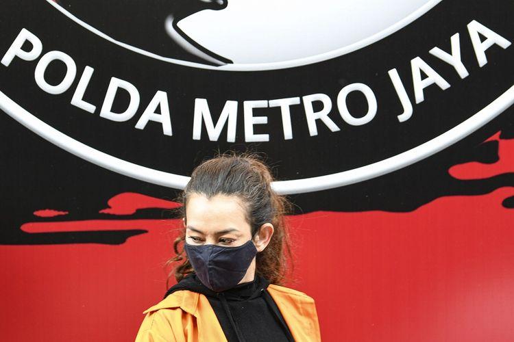 Penyanyi Reza Artamevia berjalan saat rilis kasus pengungkapan tindak pidana narkotika di Polda Metro Jaya, Jakarta, MInggu (6/9/2020). Ditresnarkoba Polda Metro Jaya menangkap Reza Artamevia pada Jumat (4/9) di rumah makan kawasan Jatinegara, Jakarta Timur serta mengamankan barang bukti narkotika jenis sabu seberat 0,78 gram. ANTARA FOTO/M Risyal Hidayat/foc.
