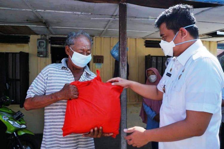 Wali Kota Medan Bobby Nasution mendatangi beberapa rumah warga dan memberi bantuan sembako, Kamis (29/7/2021)