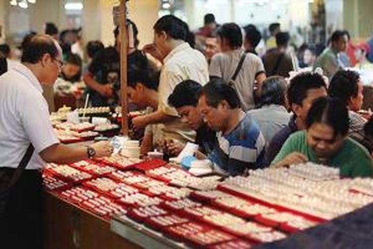 Pencinta batu akik berbelanja di Pasar Rawa Bening, Jakarta Timur, Selasa (18/11/2014). Pasar khusus batu batuan ini menjual aneka batu perhiasan dari mulai harga Rp 10.000 hingga jutaan rupiah.