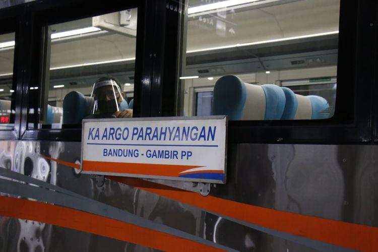 KA Argo Parahyangan jurusan Bandung-Gambir pp, berangkat dari Stasiun Gambir, Jakarta.