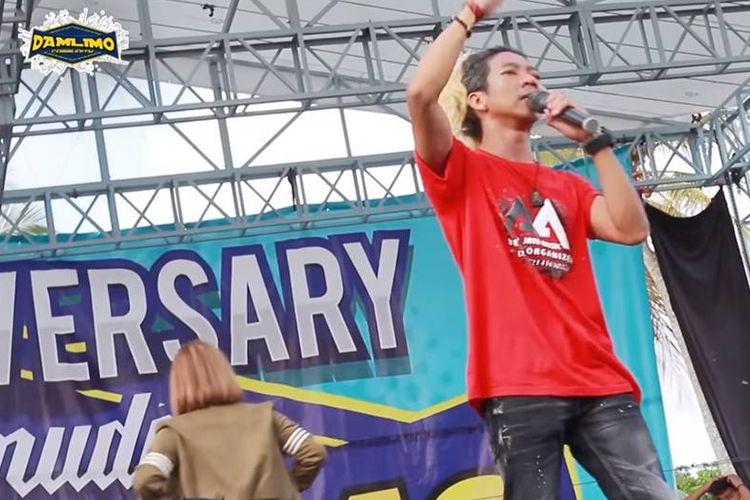 Tangkapan layar video MC Ridho Woyo-woyo saat mengucapkan jargon Tarik Sis, Semongko di konser musik dangdut di Banyuwangi, Jawa Timur.