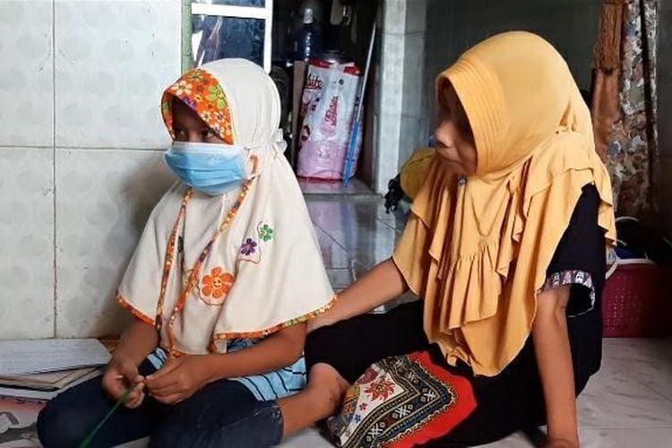FR (11) korban penculikan didampingi ibunya di rumahnya di Kelurahan Tegalsari, Tegal Barat, Kota Tegal Jawa Tengah, Kamis (30/4/2020)