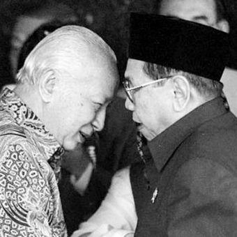 Mantan Presiden Soeharto menyambut kedatangan Presiden Abdurrahman Wahid (Gus Dur) di kediamannya di Jalan Cendana, Jakarta Pusat, 8 Maret 2000.
