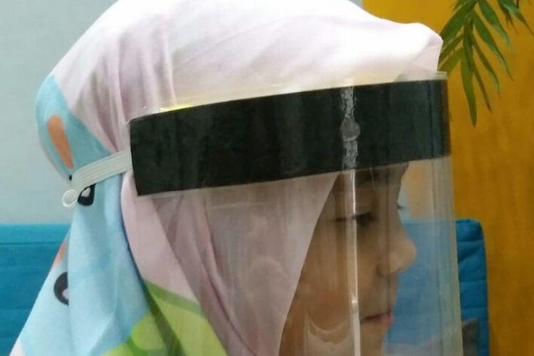 Salah satu komunitas yang mengatasnamakan Homeschooling CM-Tangsel bergerak dengan membuat face sheild atau pelindung wajah. Pelindung wajah ini didistribusikan bagi tenaga medis di rumah sakit, puskesmas, dan klinik yang sudah dilakukan sejak awal April 2020
