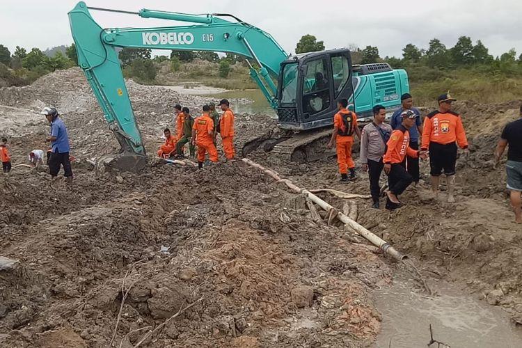 Satu unit ekskavator dikerahkan mencari penambang timah yang tertimbun longsoran di Lubuk Besar, Bangka Tengah, Kamis (20/6/2019).