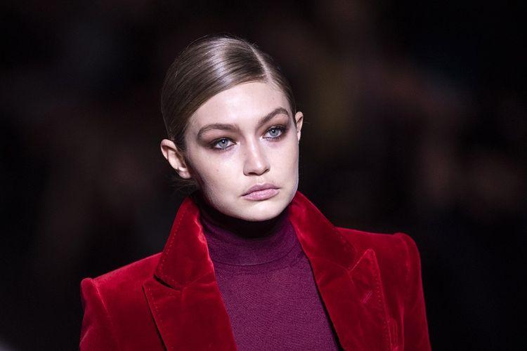 Model asal AS Gigi Hadid berjalan di catwalk peragaan busana Tom Ford di New York Fashion Week di Manhattan, New York City, pada 6 Februari 2019.