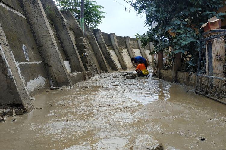 Wilayah RT 001/RW 008 Pondok Gede Permai, Jatiasih yang terletak di tepi tanggul Kali Bekasi masih terbenam lumpur semata kaki orang dewasa, usai berakhirnya masa tanggap darurat bencana banjir di Kota Bekasi, Rabu (15/1/2020).