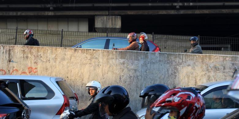 Sepeda motor melintasi tol Jakarta Outer Ring Road (JORR) tanpa transaksi atau gratis di kawasan Cilandak, Jakarta Selatan, Selasa (4/8/2015).