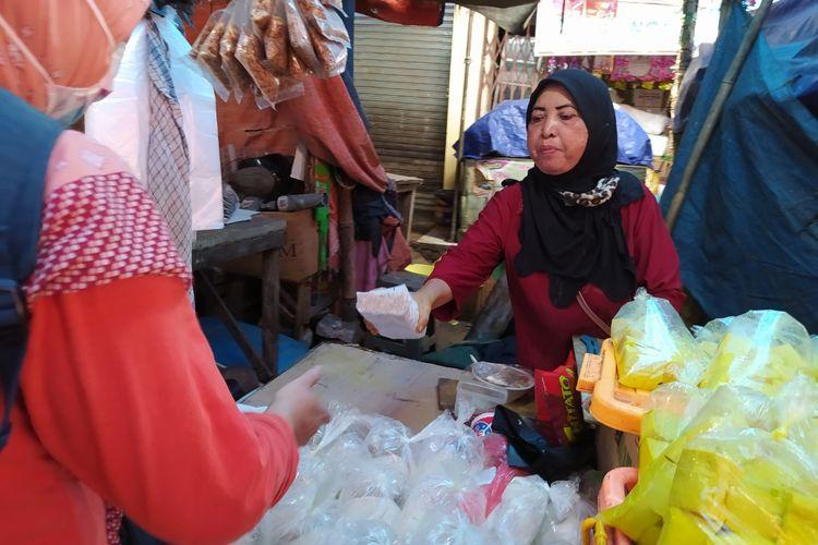 Salah satu penjual tahu dan tempe di Pasar Anyar Tangerang sedang menjual tempe ke salah satu pembelinya, Senin (4/1/2021) siang.