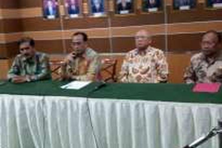 Konferensi Pers bersama Menteri Perhubungan Budi Karya Sumadi, seusai bertatap muka dengan perwakilan dosen dan taruna senior di Kantor Kementerian Perhubungan, Jakarta Jumat (13/1/2017).
