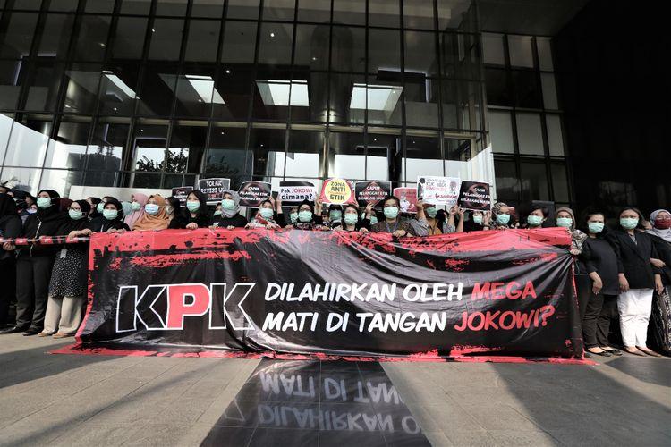 Jajaran pegawai Komisi Pemberantasan Korupsi (KPK) menggelar aksi #SAVEKPK menolak calon pimpinan bermasalah dan revisi UU KPK di Gedung Merah Putih KPK, Jakarta, Jumat (6/9/2019)